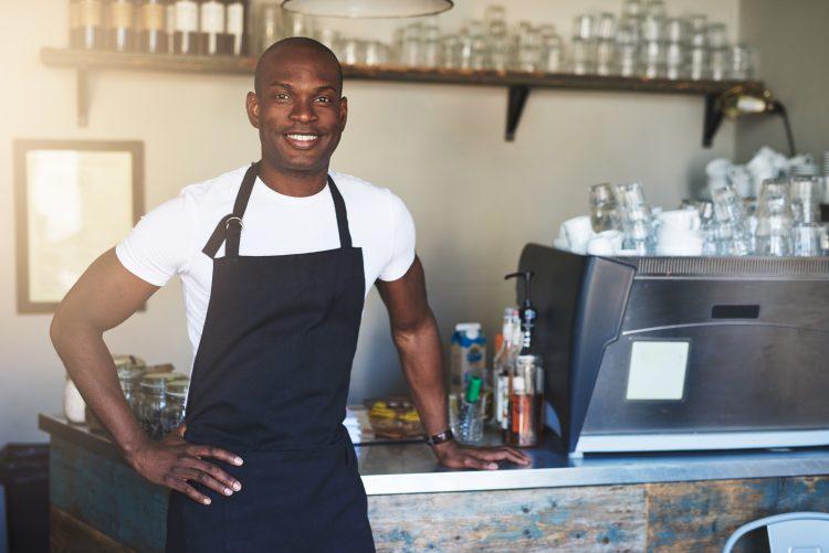 restaurateur dans son restaurant