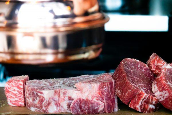 morceau de viande rouge sur un étal